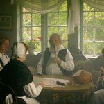 Familie am Tisch in historischer kleidung