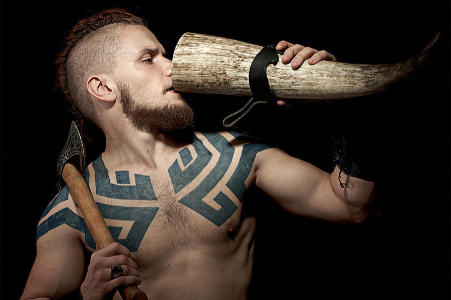 Wikinger trinkt aus Horn